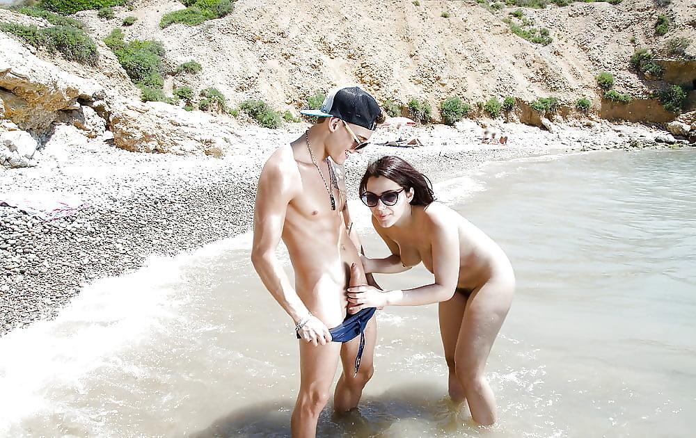 Голые девки на пляже пристают к парню