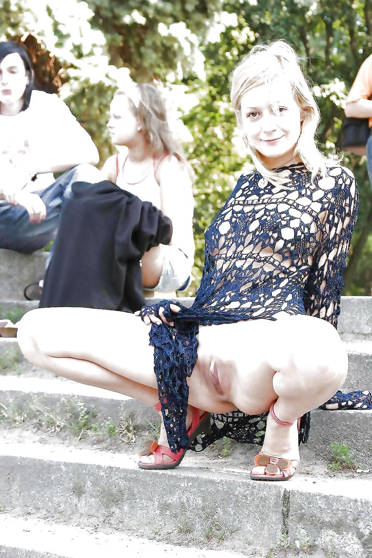 сексуальные фотографии показала киску прохожим чего сразу