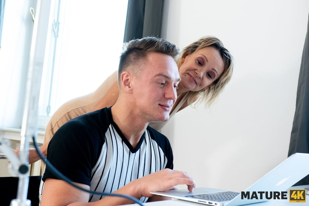 Small favor for hot sex with an older lady - 16 Pics