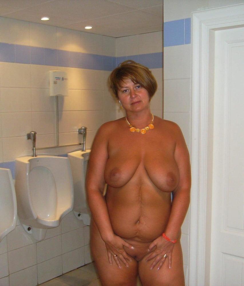 Между смотреть частные фото голых пожилых женщин