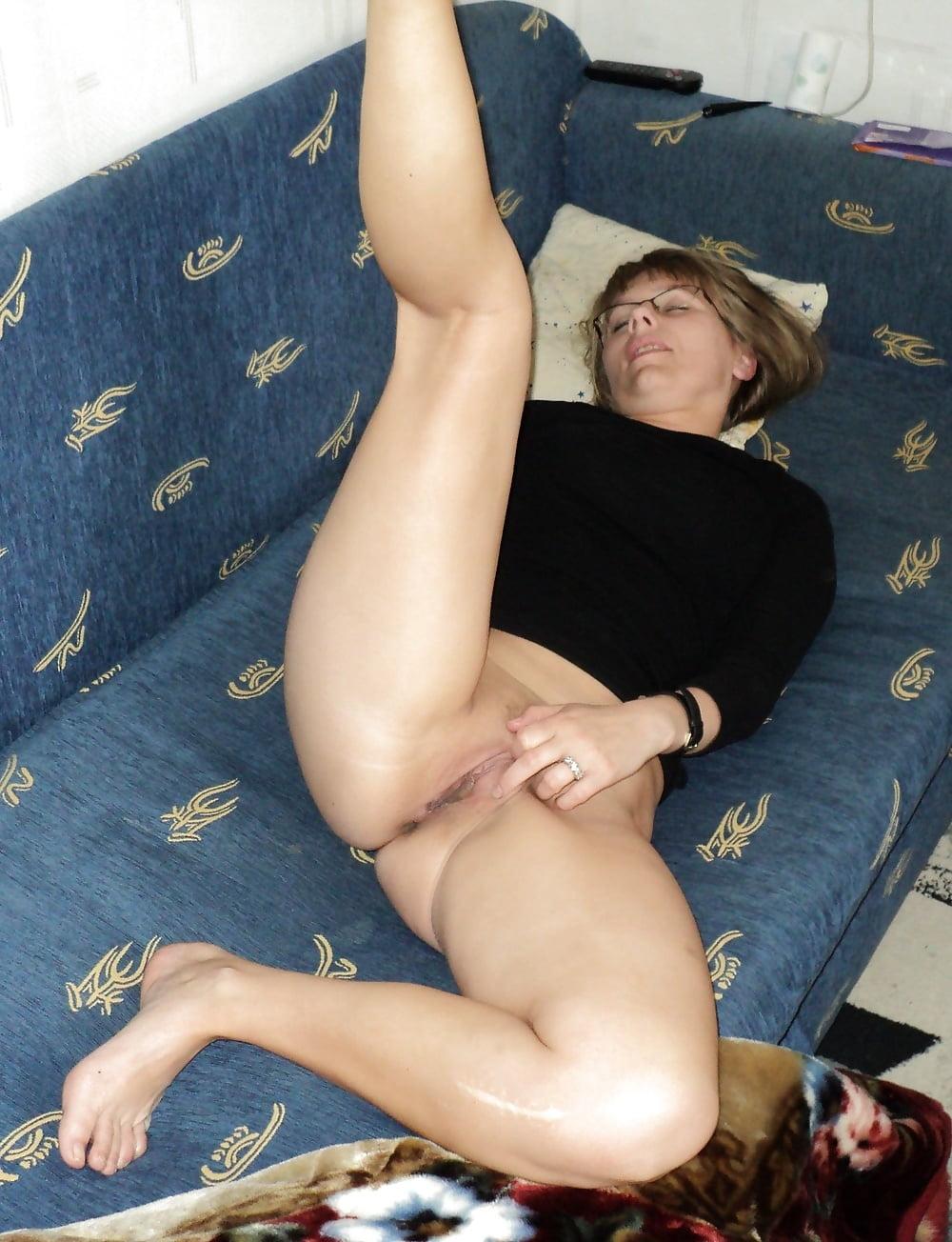 потаскуха курит лежа на диване обнаженной - 4