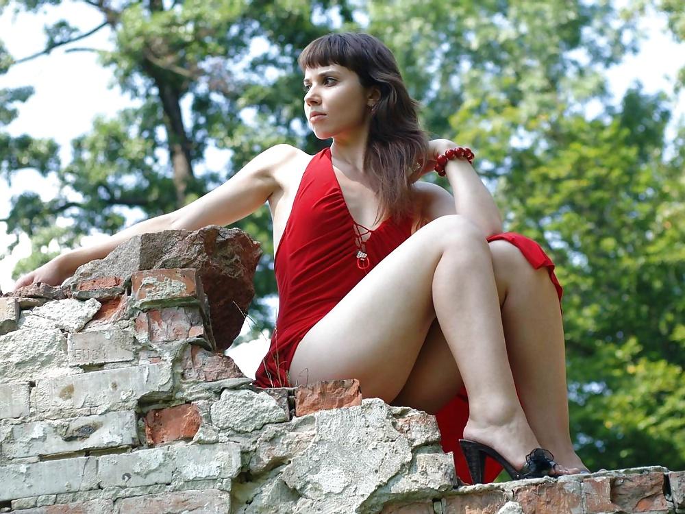 девушка в красном платье без трусов на улице фото - 4