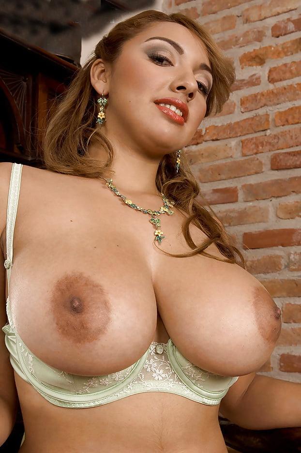 У какой порноактрисы большая грудь тоже