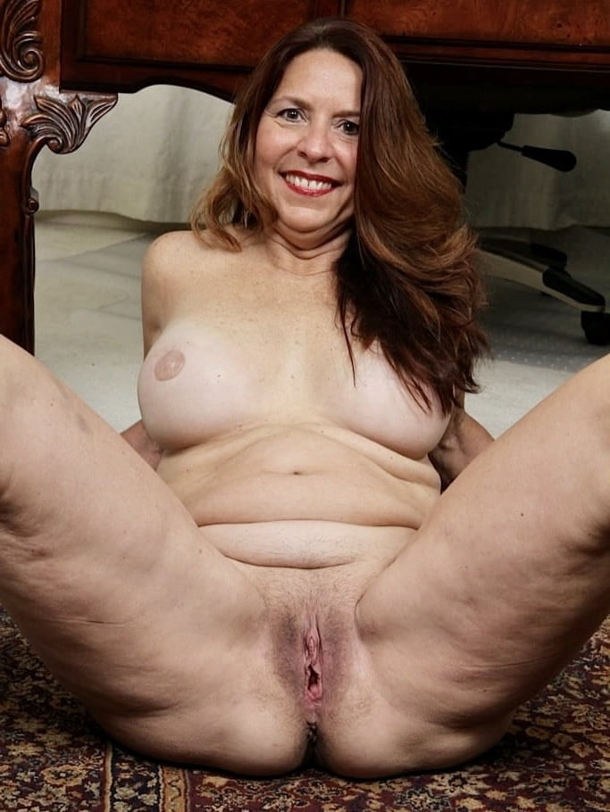 Spread mature pussy