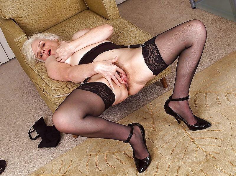 Чулках голые старые женщины в чулках девушку