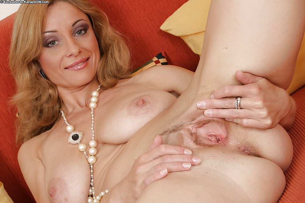 fat-pussys-mom-naked-spreading-pussy-sport