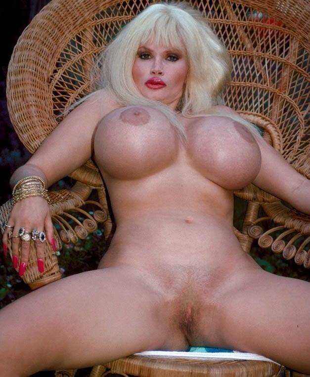 Огромные большие груди лолы феррари фото без видео всплеска