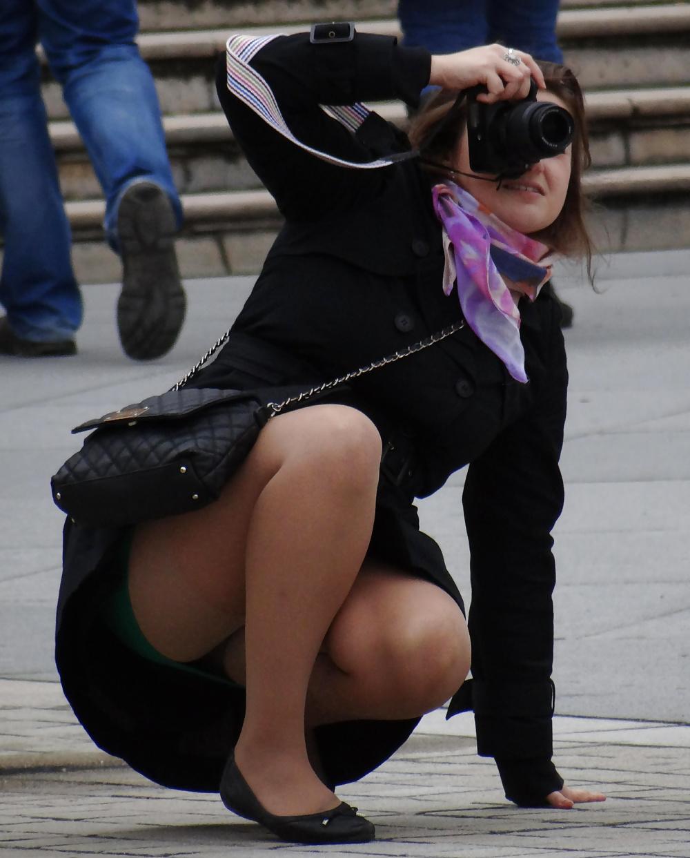 подглядываем под юбками сидящих женщин во время совещания трахнул девку беременную