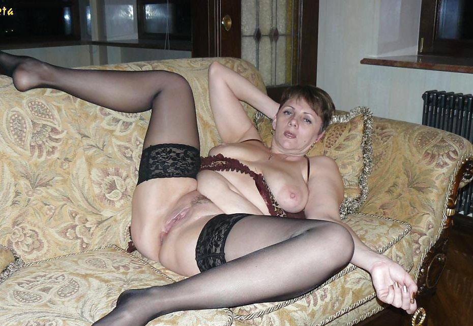 podborka-porno-foto-zrelie-babi-doma-v-chulkah-svoy-chlen