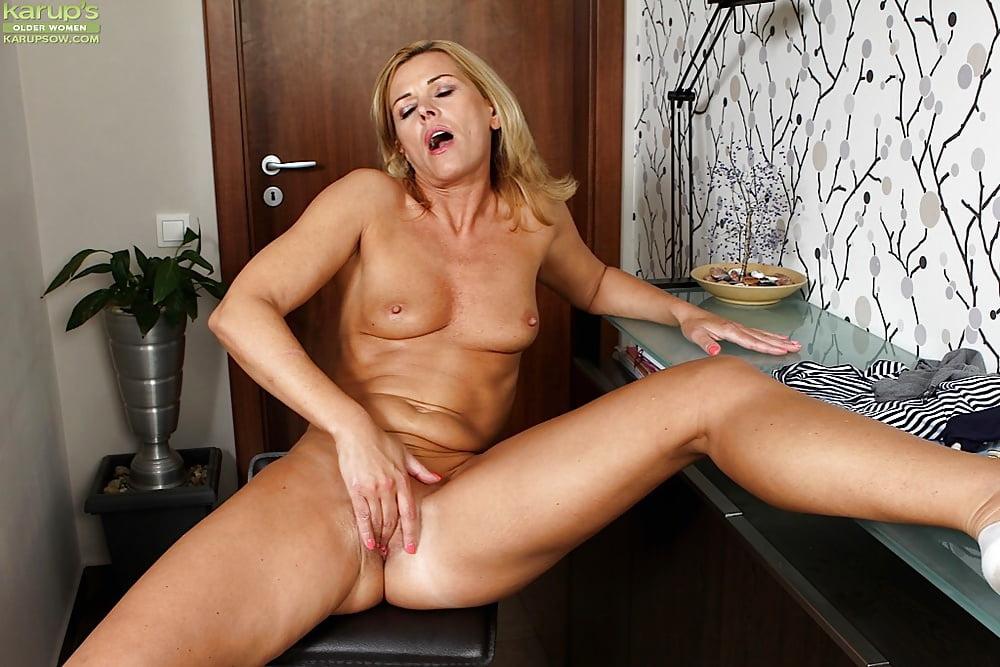 камера женском зрелые женщины мастурбируют за столом порно контролировала