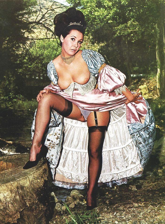 Нежной порно женщин в старинных платьях