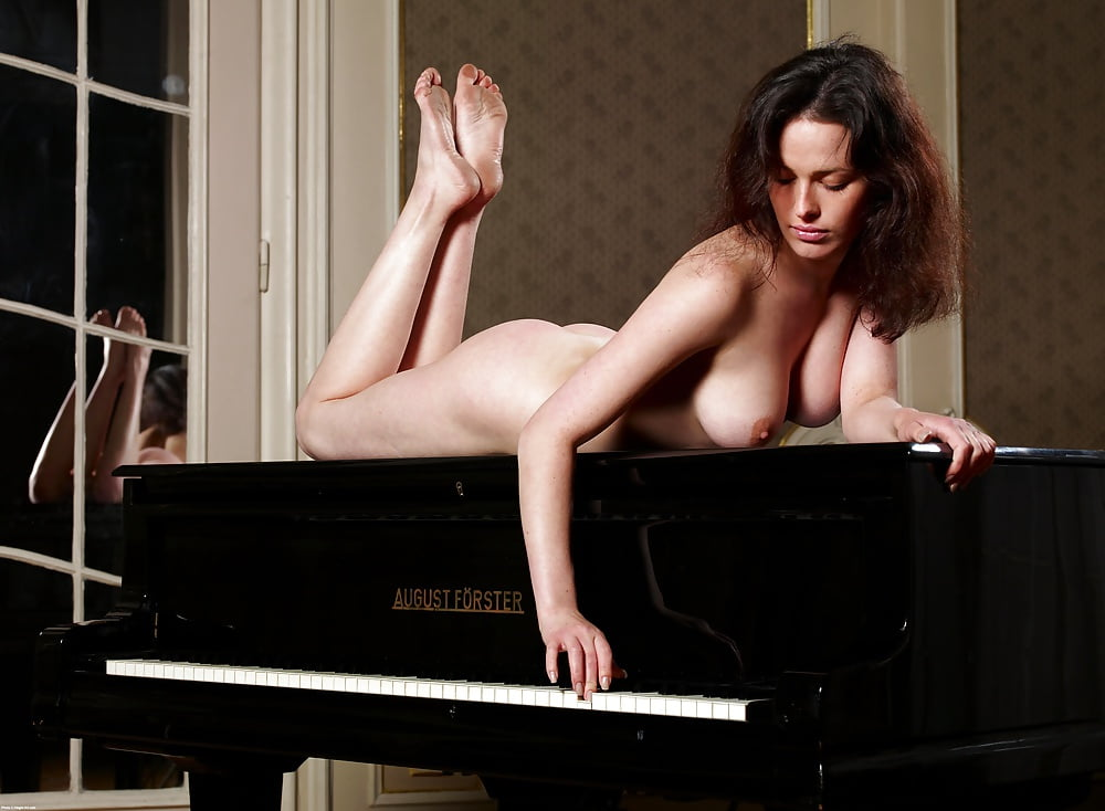 nude-on-piano