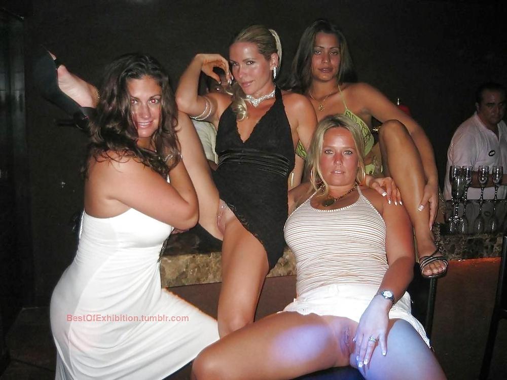 Девушки показывают писи на дискотеке