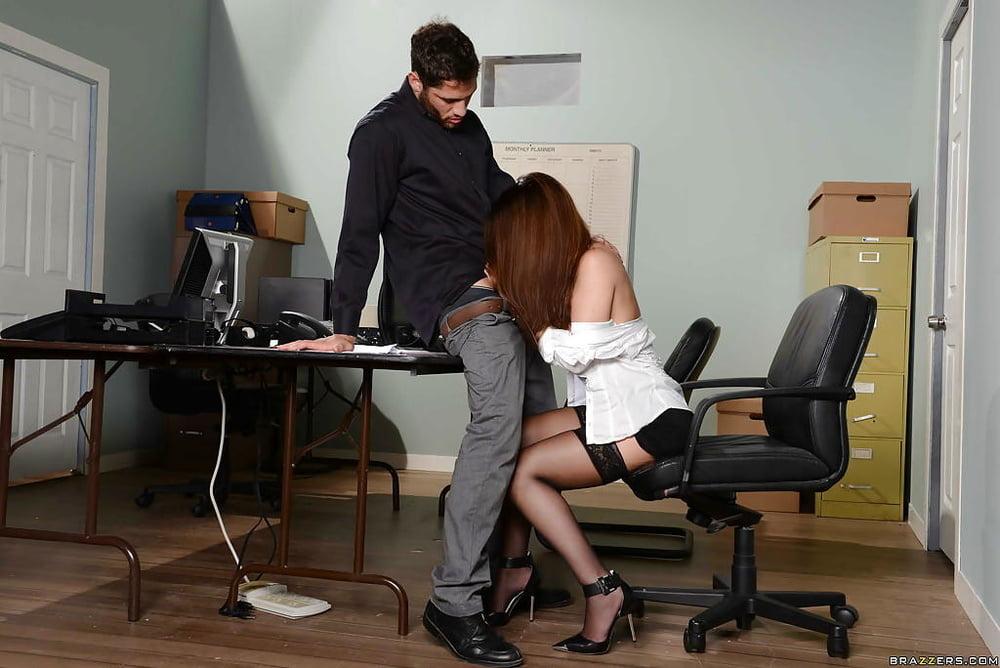 так рабыня под столом обслуживает шефа тех