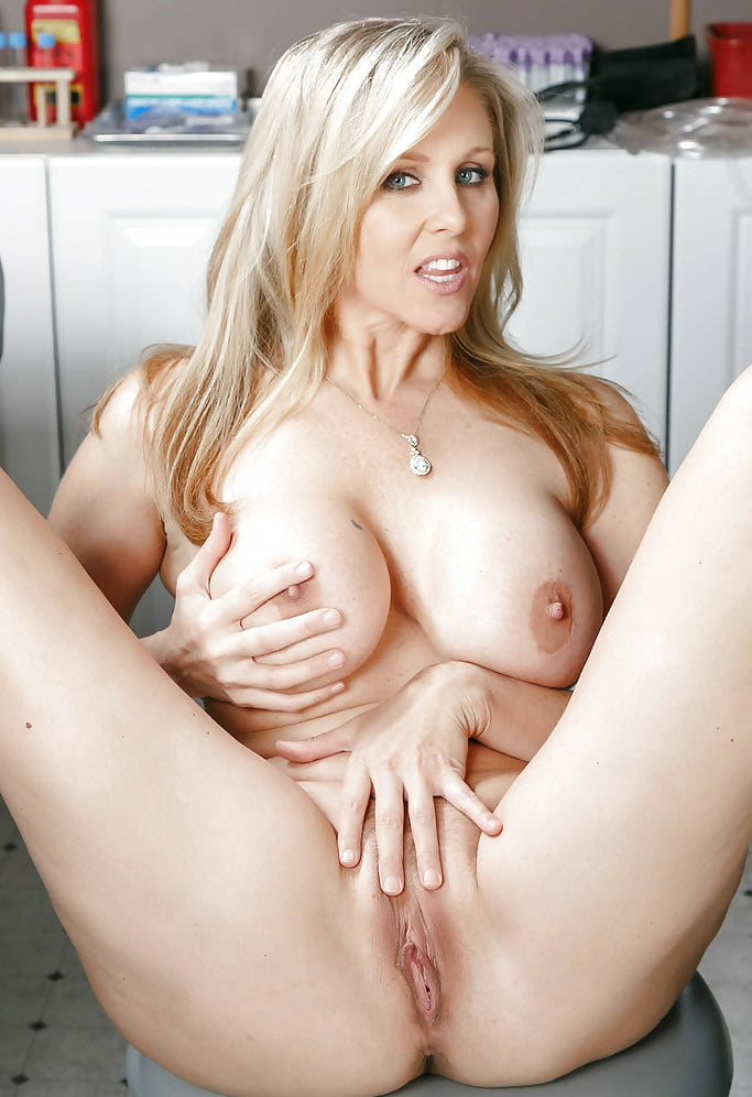 julia-ann-pussy-masturbating-starring-free-naked