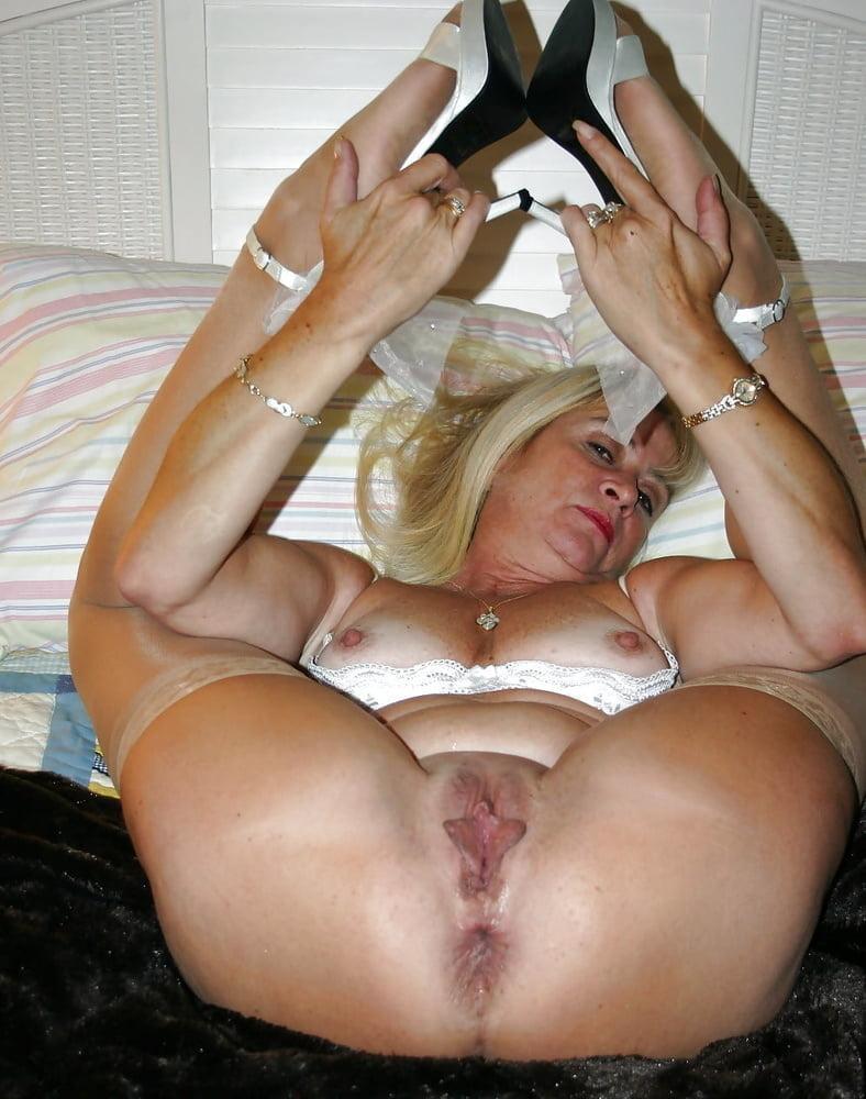 порно онлайн зрелая баба раздвинула ноги и любуется собой холодные