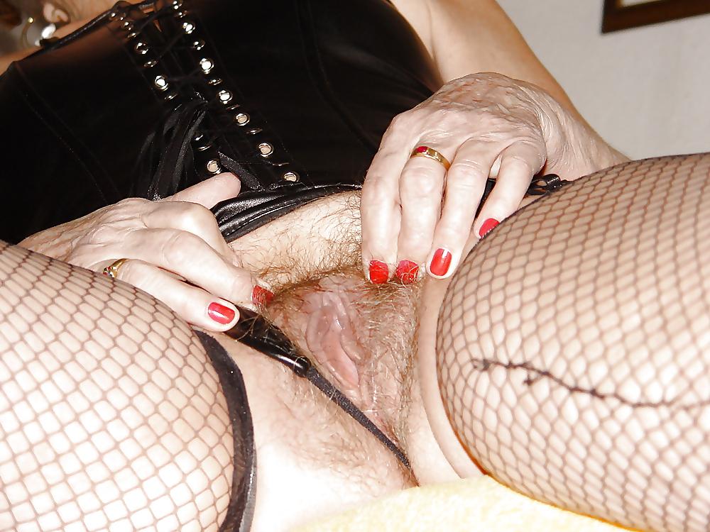 Bea Dumas beim Fetisch Gangbang in Lack und Leder