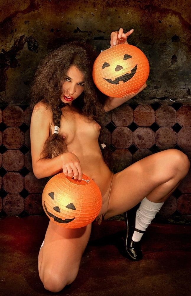 halloween-girls-in-the-nude