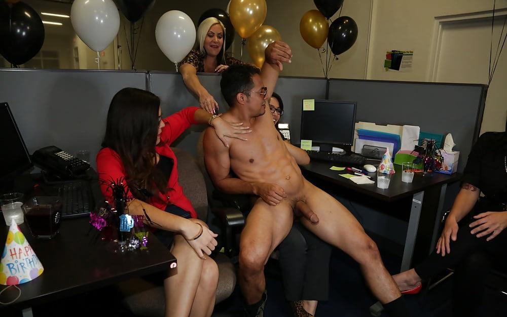 Корпоративная вечеринка со стриптизером порно — photo 5