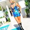 Manu mit Stiefel im Pool
