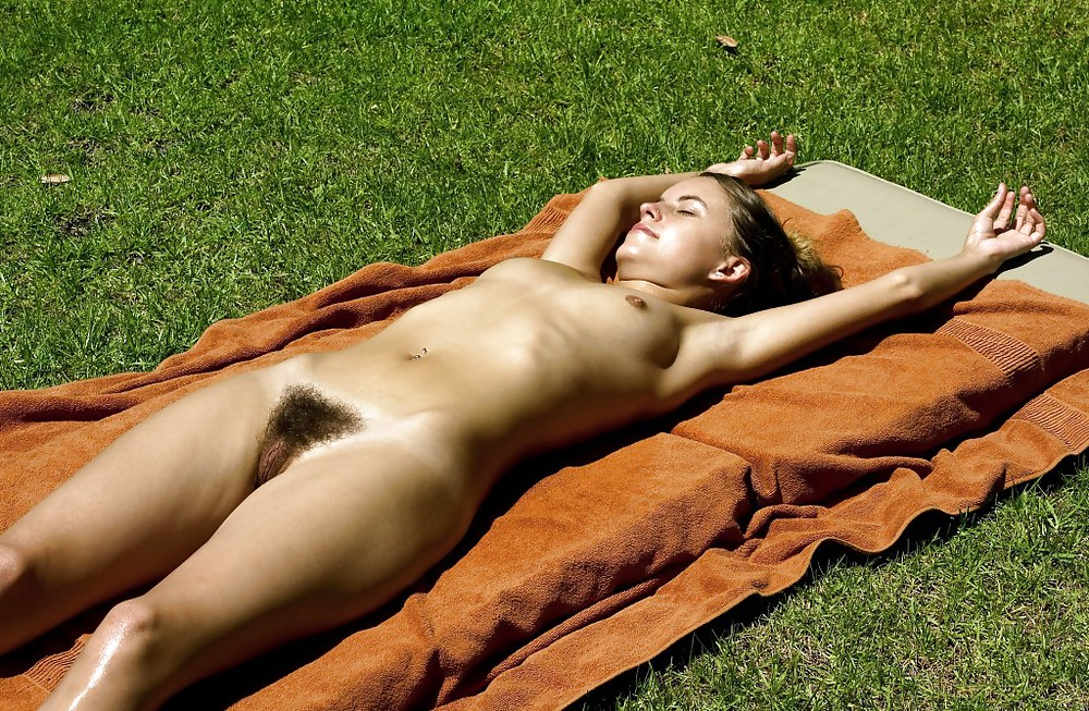 Sunbathing naked pussy — photo 8