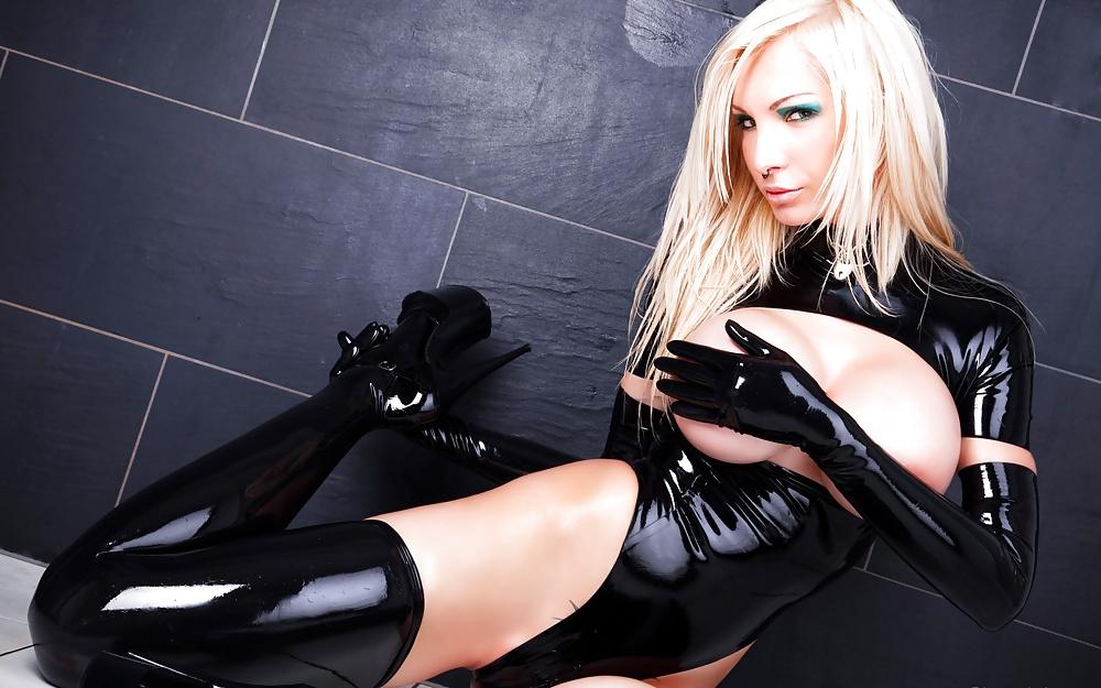 уже скоро сексуальная блондинка в латексе члену стало тесно