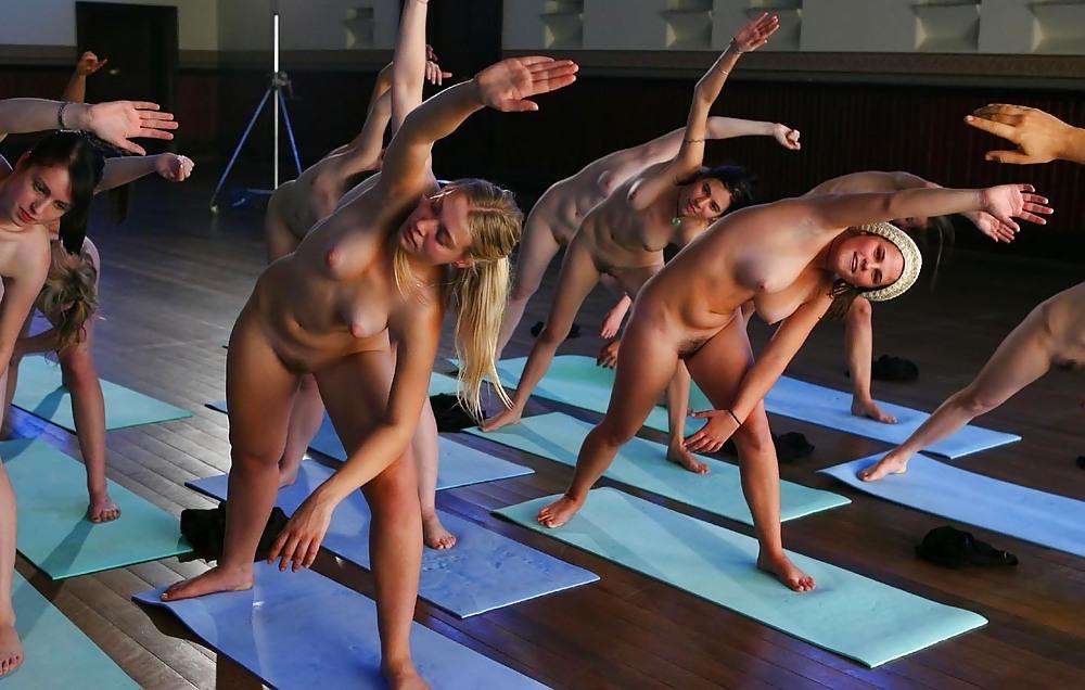 yoga-golie-video-starie-zhenshini-breyut-promezhnost-foto