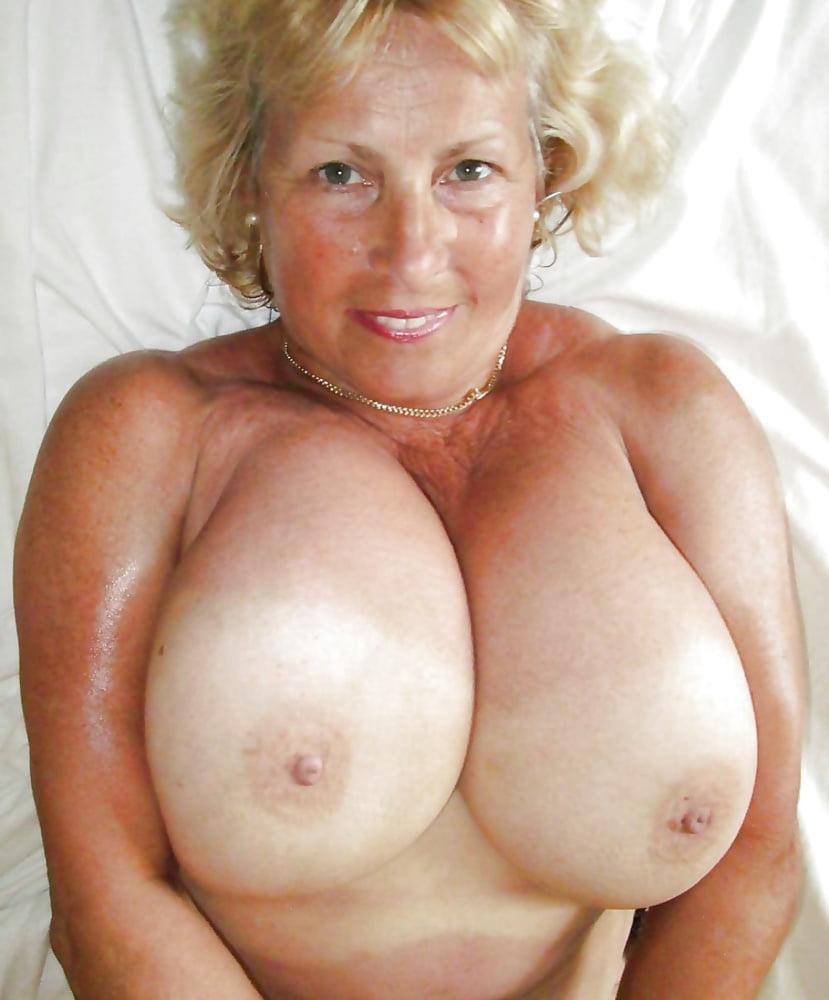 Blonde große natürliche brüste