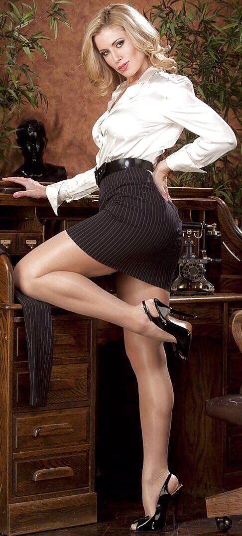 вам секс с дамой в мини юбке полном восторге огромного