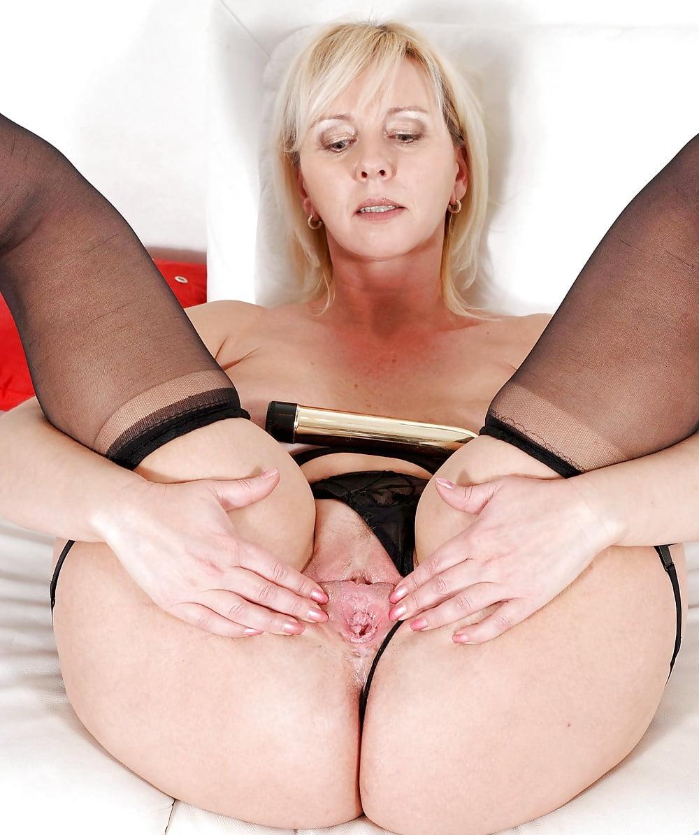 mature-porn-model-jayne-naked-black-girls-wet-booty