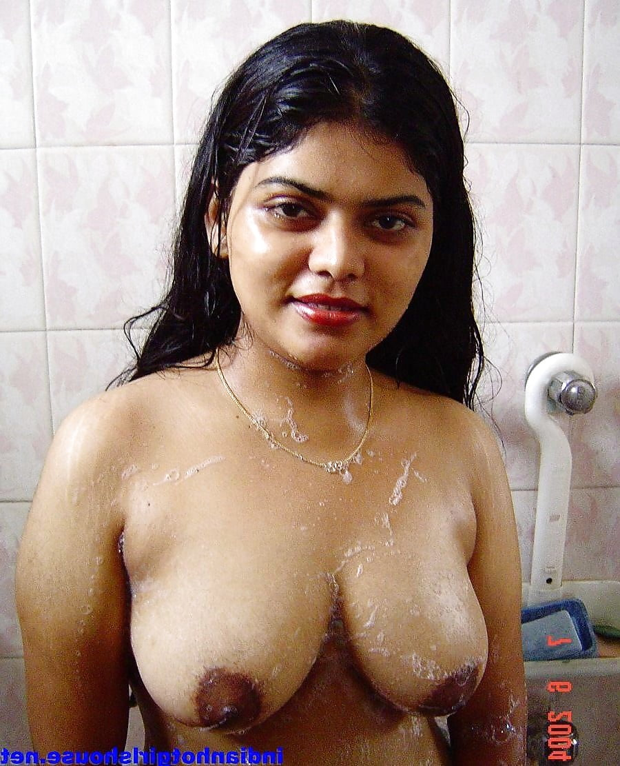 Tamil Hot Beauty In Saree See Her Boobs Side Show And Navel
