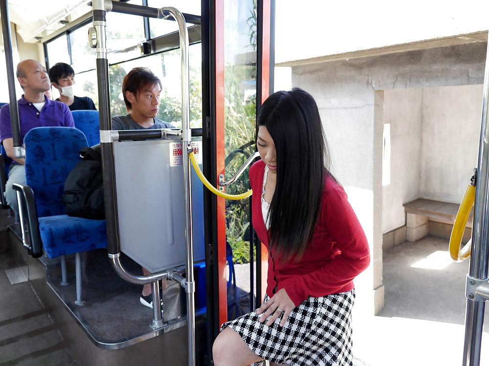молодые японки в общественном транспорте