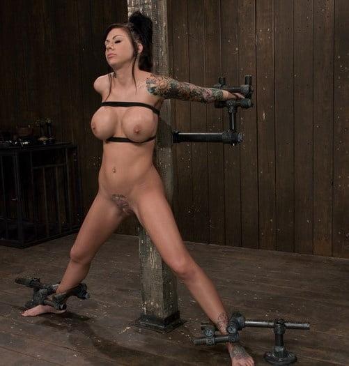 Привязали к столбу голую девушку