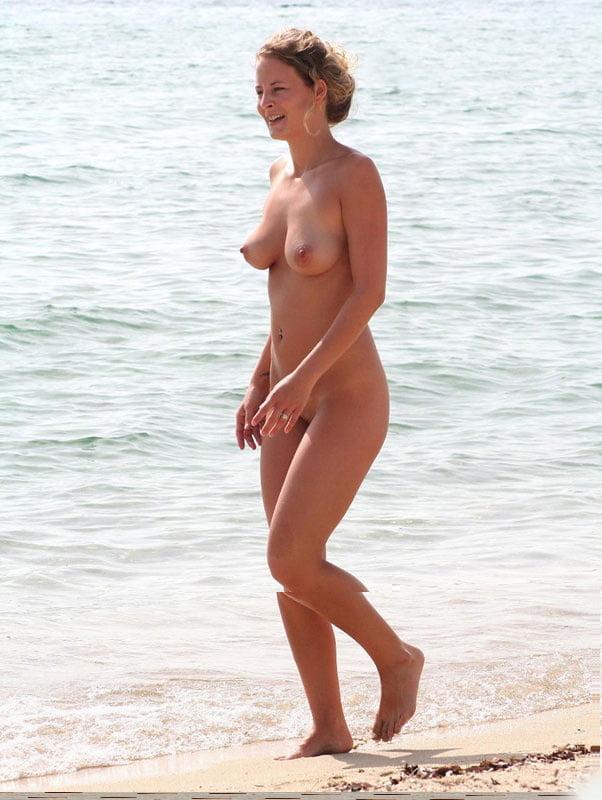Top girl naked on the fkk beach