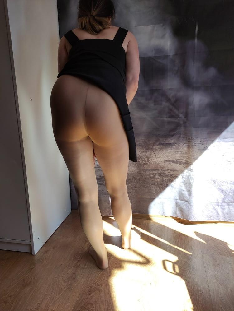 Blondes schwarzes dichtes kleid und strumpfhosen