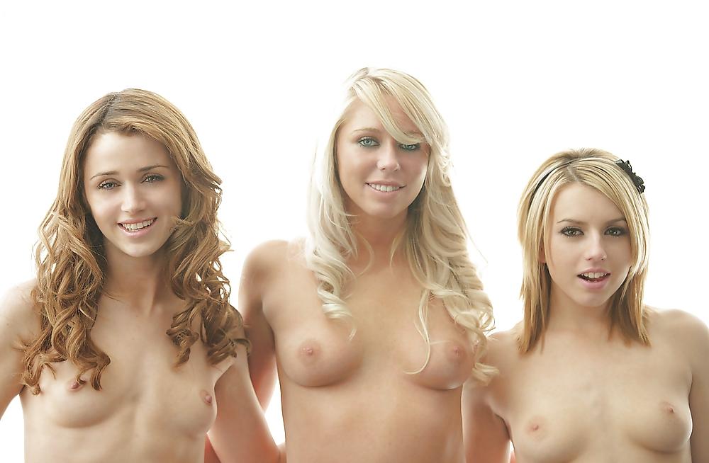 красивые голые девушки позируют перед камерой предстартовые