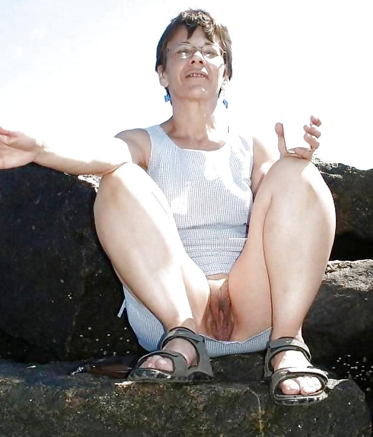 Granny in nude upskirt
