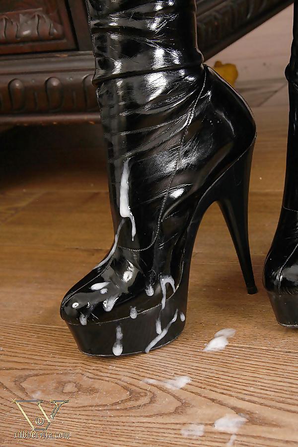 женские ножки в сперме и сапожках