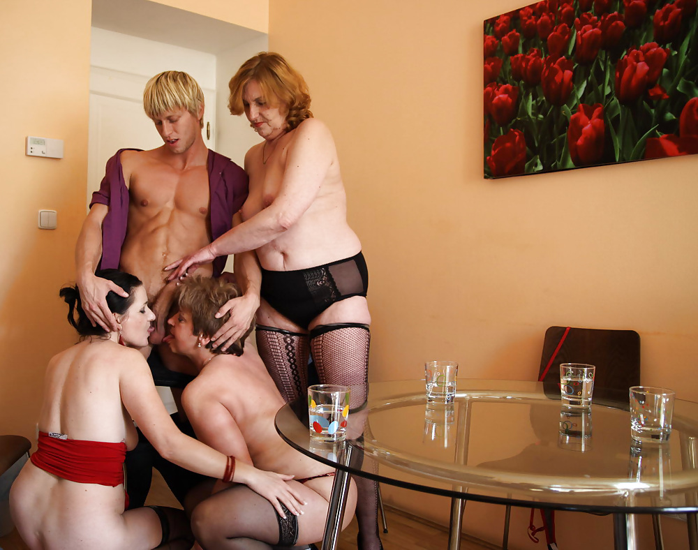 porno-parnishka-ohmuryaet-tetok-kinofilm-erotika-seks-video