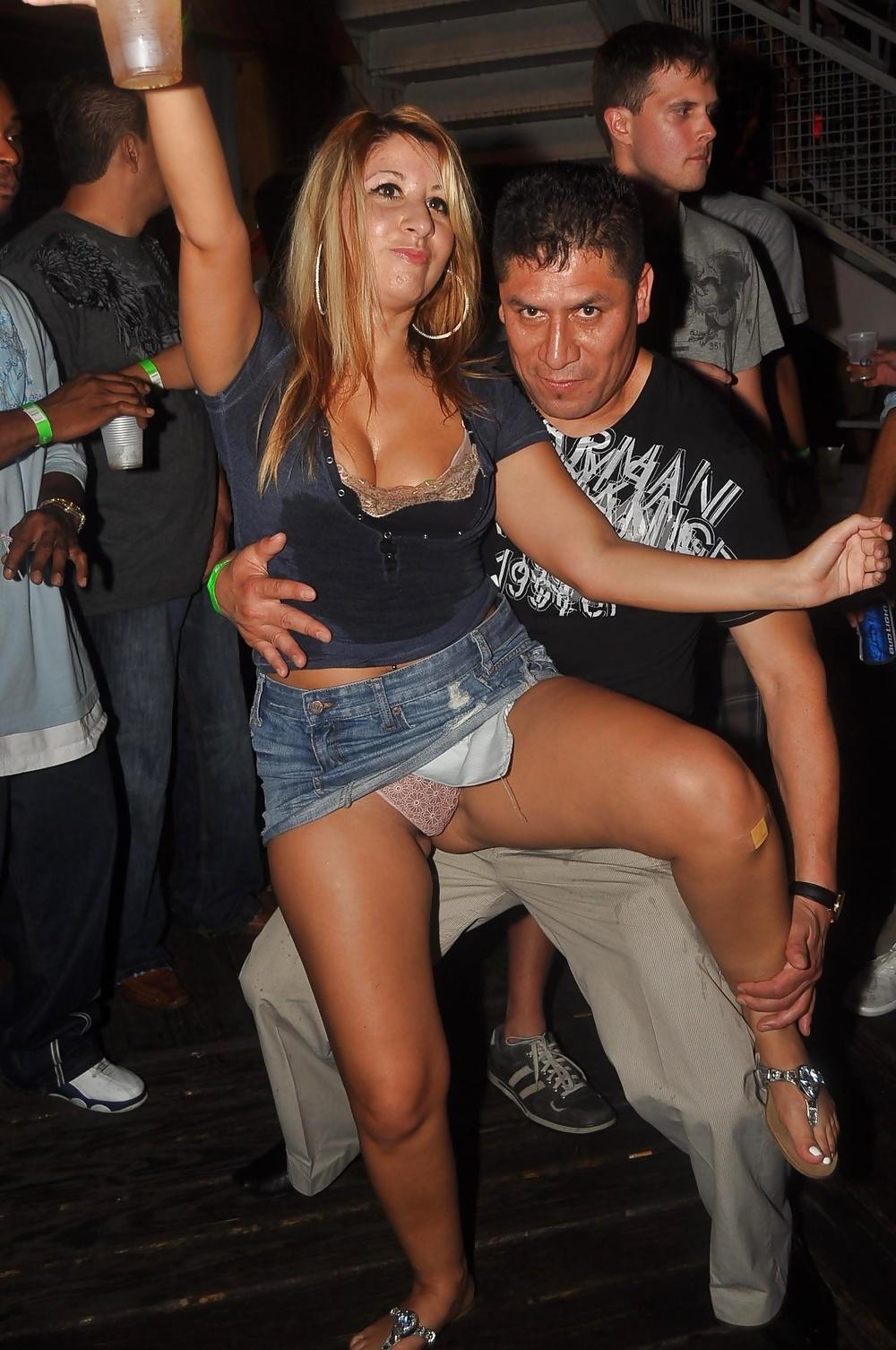 засветы звезд на вечеринках под юбкой порнография