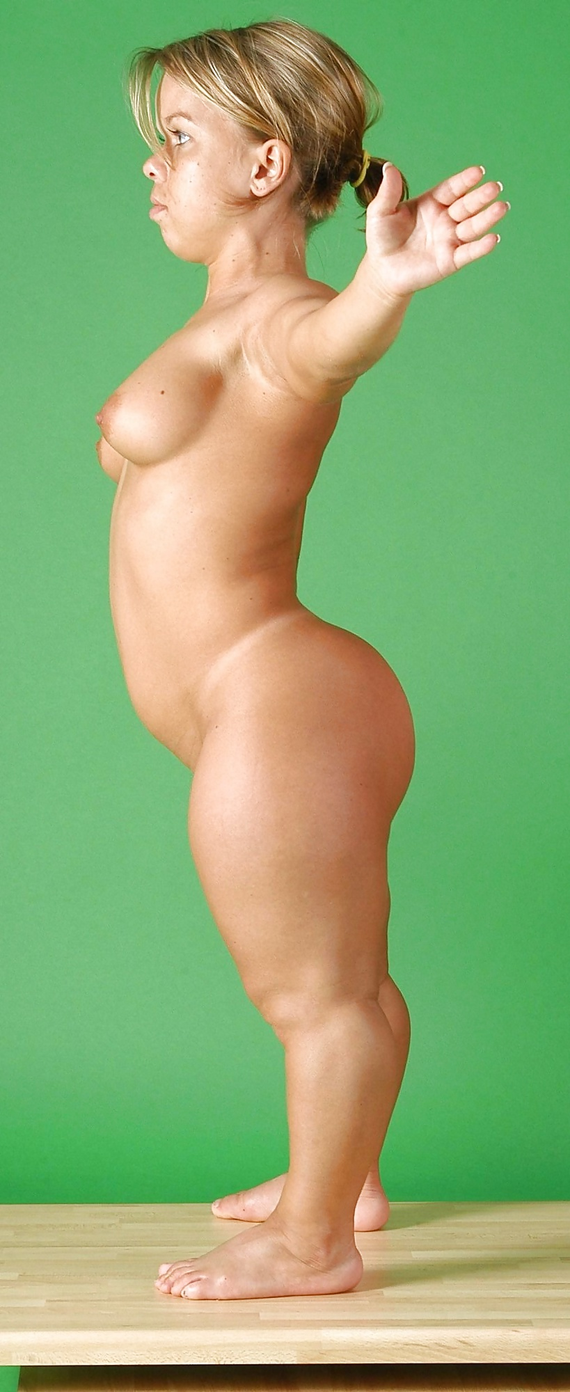 naked-girl-with-dwarfism