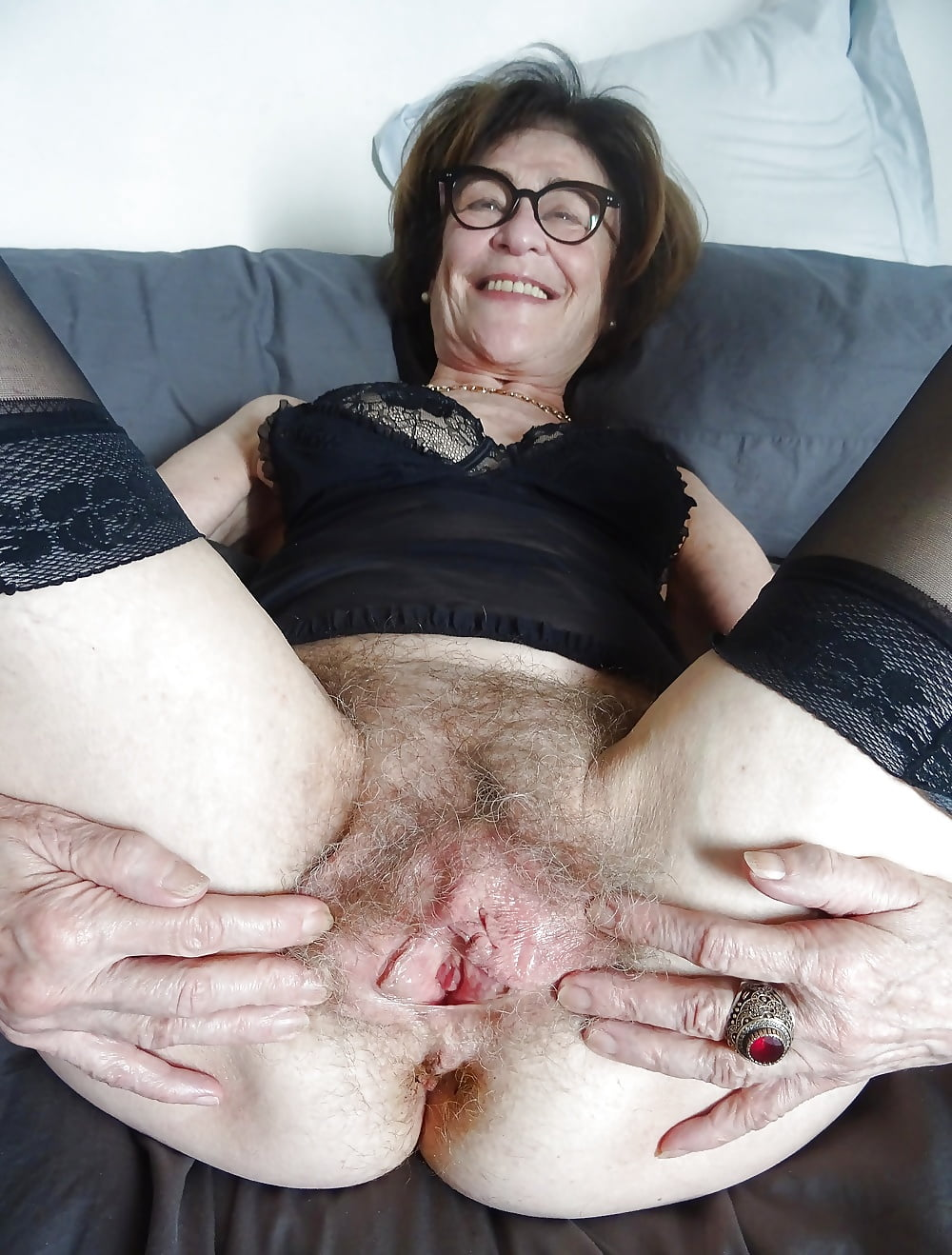 Well Endowed Mature Shows Her Wrinkled Pussy