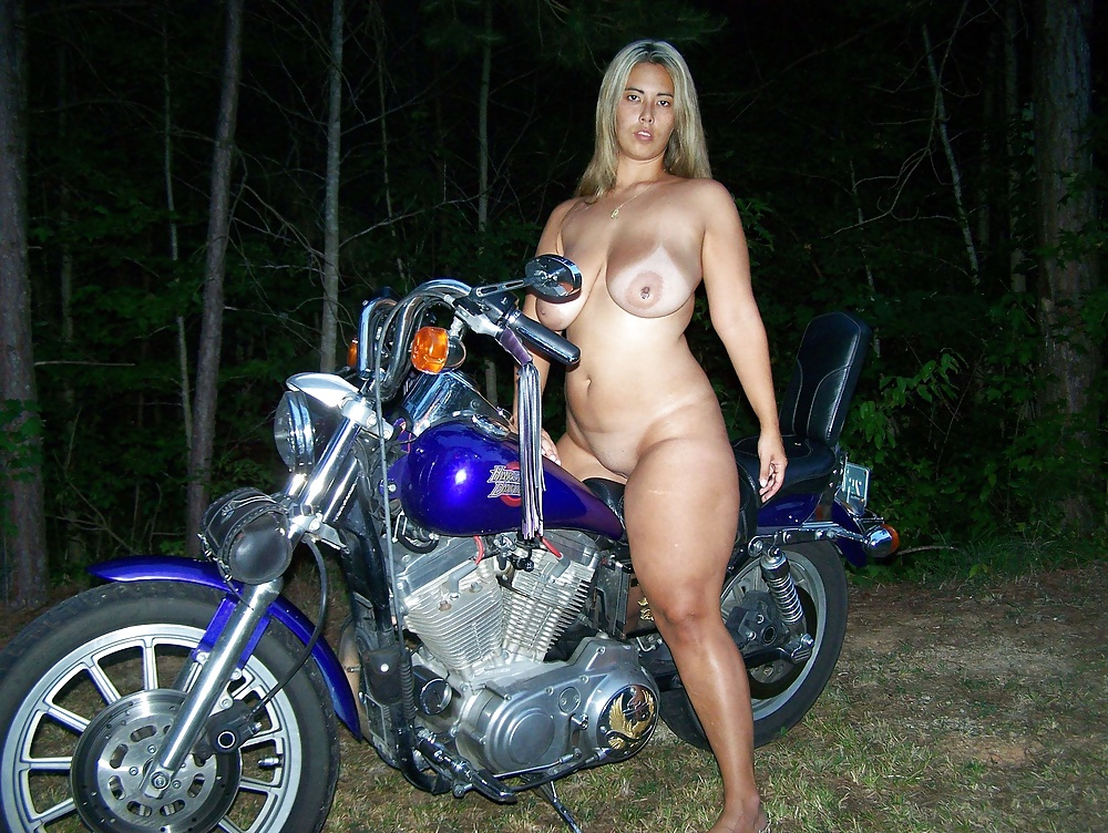 A sultry tattooed babe and her sexually enthralling show live