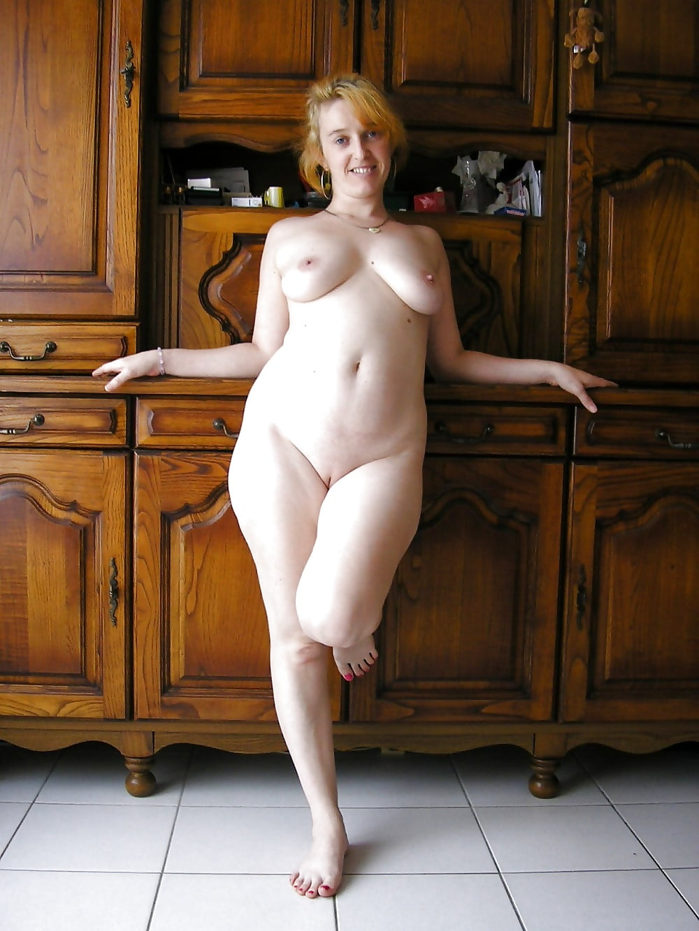 busty-wife-posing-naked-naked-girl-in-pale-skin