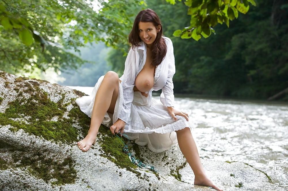 если жгучая брюнетка в белом сарафане эротика фото посетители, находящиеся
