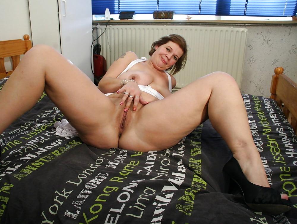 porno-mamka-chuzhoy-zhena-podglyadivanie-skritoy-kameroy-bez-trusikov