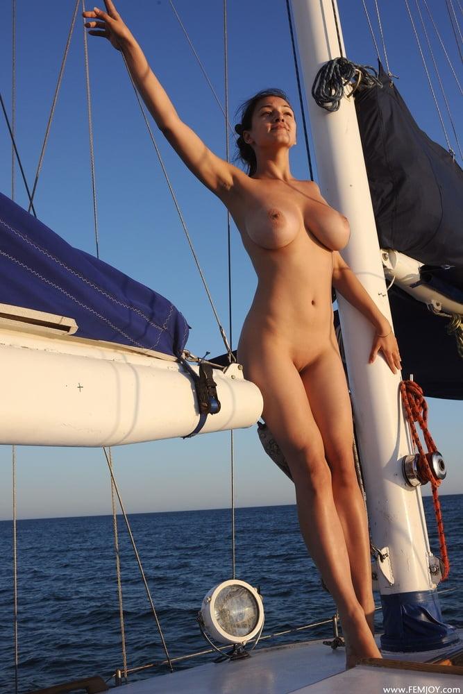 девушка на корабле эротика - 9