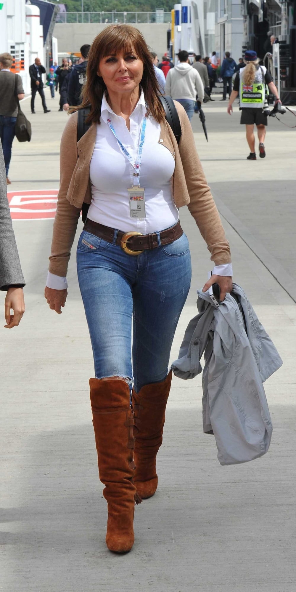 non-tight-jeans-milfs-tits-young