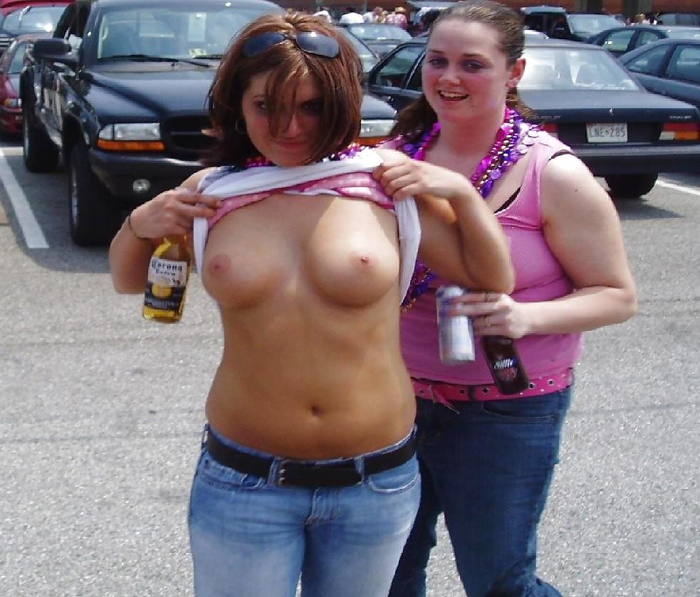 майку показала сиську девушек большими голыми