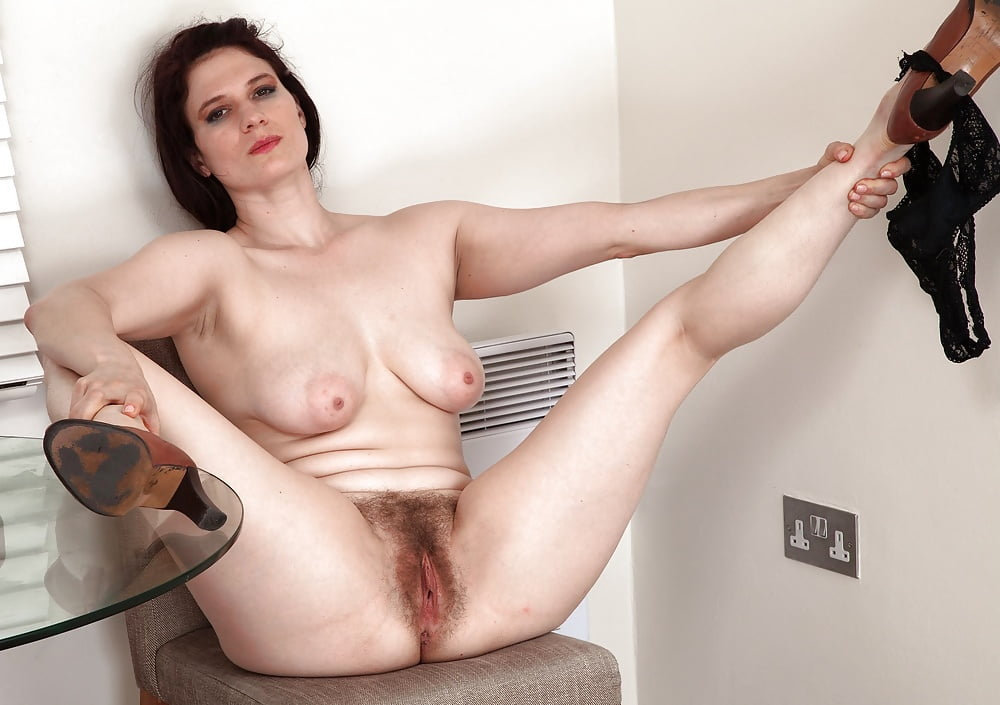 Malgache naked mature hairy pussy during period
